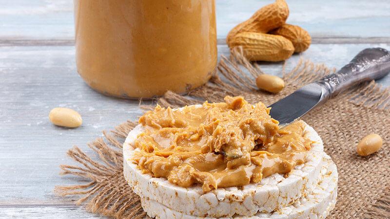 Crema de Cacahuete en Tortitas de Arroz